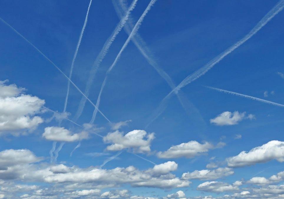 Estelas de condensación en el cielo